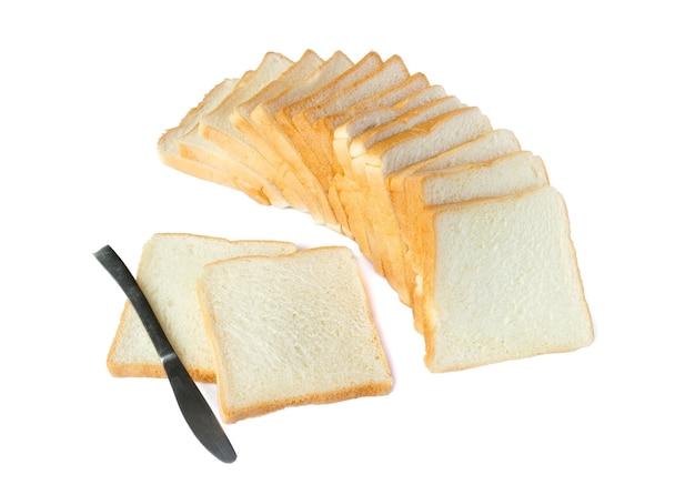 Photo de tranches de pain blanc délicieux doux et collant pour le petit déjeuner sur blanc isolé