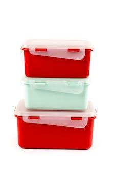 Photo verticale. boîtes à lunch en plastique isolés sur fond blanc, vue latérale