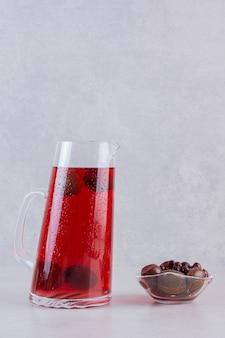 Photo verticale de bonbons au chocolat avec des thés glacés sur fond gris