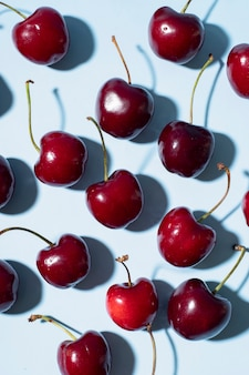 Photo verticale de cerises rouges
