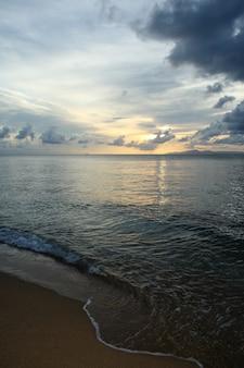 Photo verticale d'un ciel nuageux lors d'un coucher de soleil en mer à porto rico