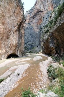 Une photo verticale du canyon de kapikaya à adana, turquie