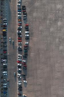 Photo verticale du parking avec voitures et vue de dessus de la surface