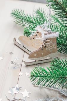 Photo verticale de petits patins en bois entourés de décorations sous les lumières