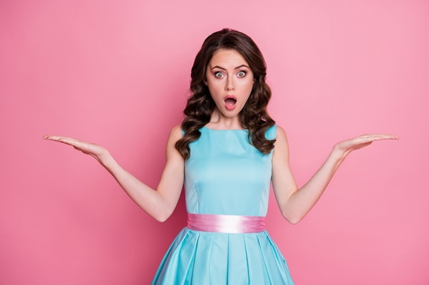 Photo de vêtements tendance dame choquée attrayante tenir bras ouverts espace vide deux produits de nouveauté