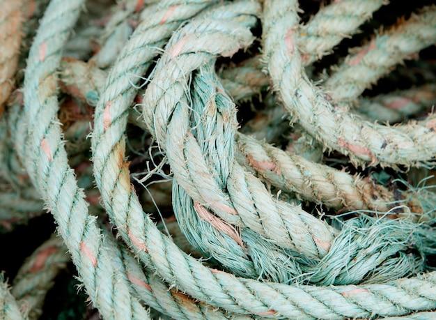 Photo d'une vieille corde usée roulée
