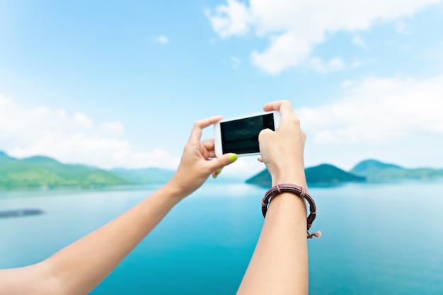 Photo de voyageur à la main par smartphone