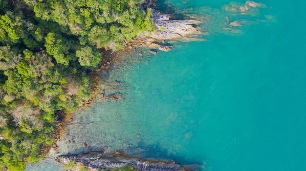 Photo de vue aérienne, plage tropicale avec océan et rocher sur l'île