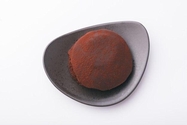 Photo vue de dessus d'un délicieux gâteau au chocolat sur une surface blanche