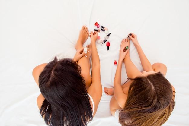 Photo vue de dessus de deux femmes faisant une pédicure
