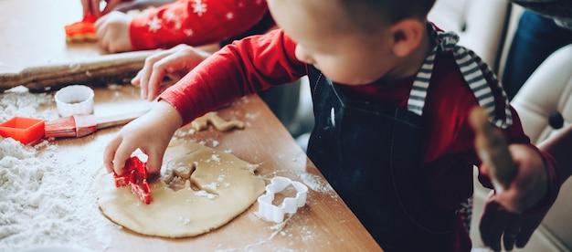 Photo vue de dessus d'un petit garçon faisant des cookies
