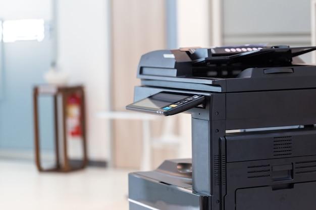 Le photocopieur ou l'imprimante réseau est un outil de travail de bureau pour numériser et copier du papier.