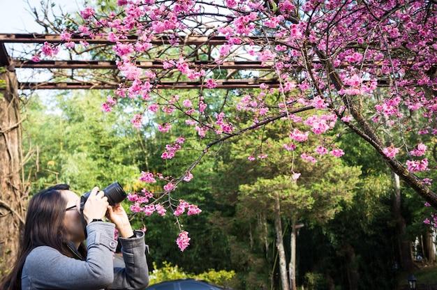Photograher tenant appareil photo reflex numérique pour photo shoot à chiangmai, thaïlande
