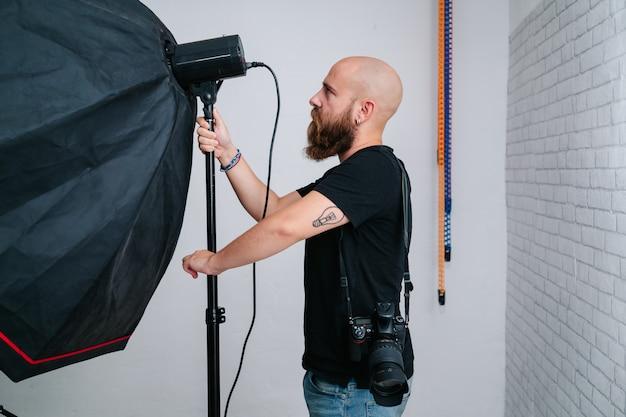 Un photographe avec appareil photo en studio