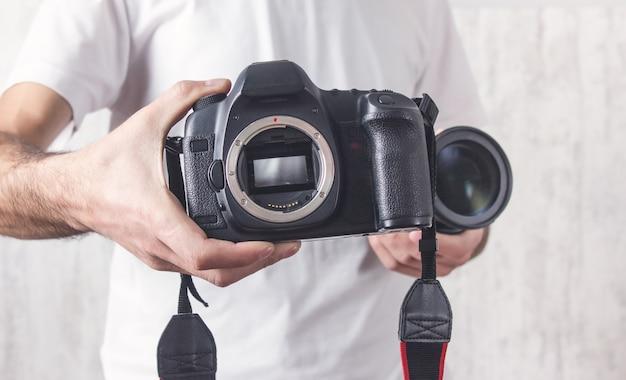 Photographe avec un appareil photo. style de vie, travail
