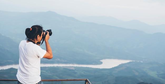 Un photographe asiatique photographie une montagne, une attraction touristique populaire en thaïlande
