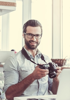 Photographe au café