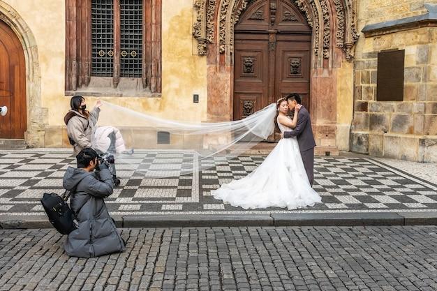 Le photographe chinois prend des photos d'un couple de mariage.