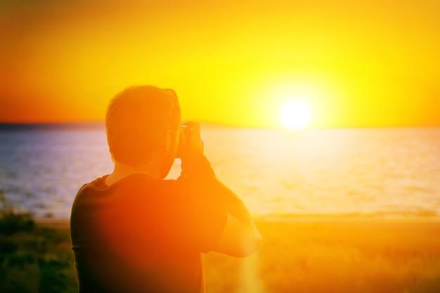 Photographe de coucher de soleil avec un appareil photo