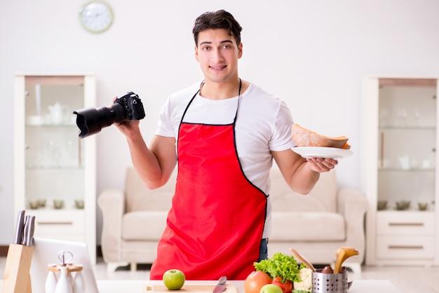 Photographe culinaire prenant des photos en cuisine