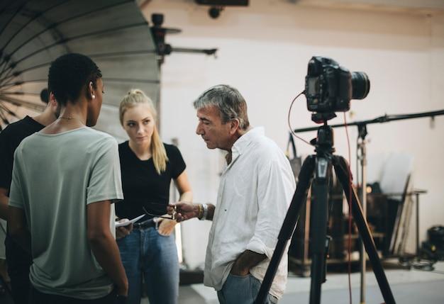Photographe dirigeant son équipe de tournage