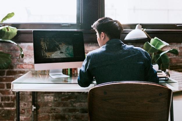 Photographe éditant une photo au bureau