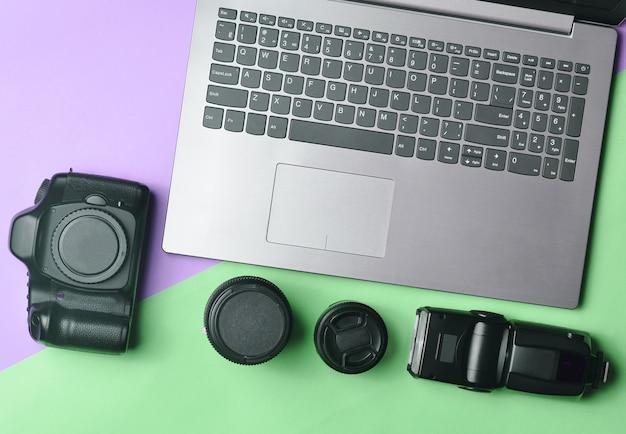 Photographe d'équipement, ordinateur portable, sac à main avec des dollars sur fond pastel