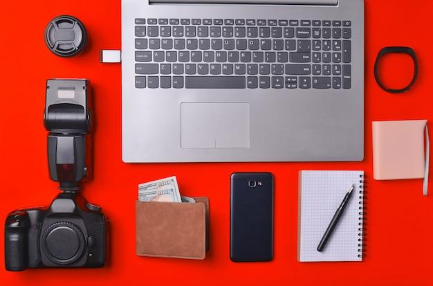 Photographe d'équipement, ordinateur portable, sac à main avec des dollars, smartphone, montre intelligente, banque d'alimentation