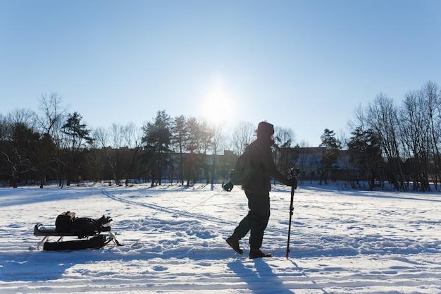 Le photographe est rentré de la vie sauvage en hiver