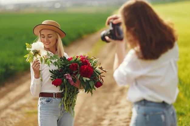Photographe fait une séance photo pour femme