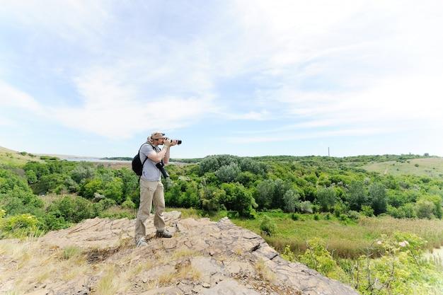 Un photographe de la faune prend des photos d'un paysage