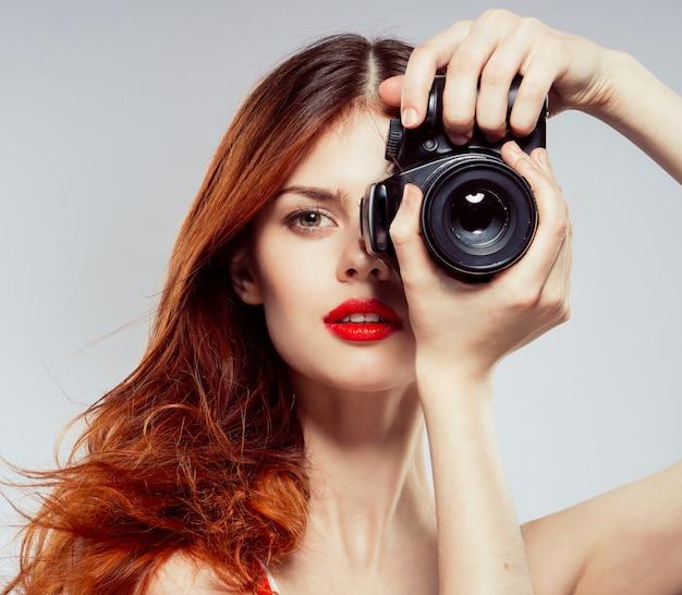 Photographe femme, belle femme prend des photos avec l'appareil photo, l'espace