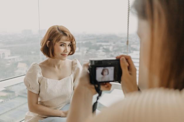 Photographe femme prend une photo de son mannequin femme