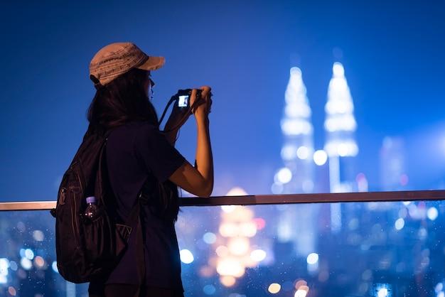 Photographe de femmes avec paysage urbain de la malaisie