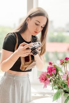 Photographe fille faisant photo de pivoines