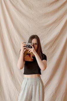 Photographe fille faisant photo