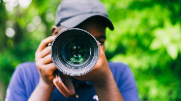 Photographe homme africain prenant un appareil photo