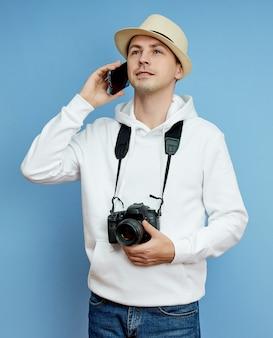 Photographe homme avec un appareil photo parlant au téléphone, touriste, différentes émotions