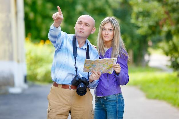 Photographe homme montrer dans la direction d'une jeune fille sur la carte