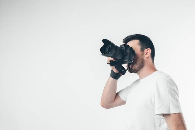 Photographe isolé sur fond blanc, prendre des photos