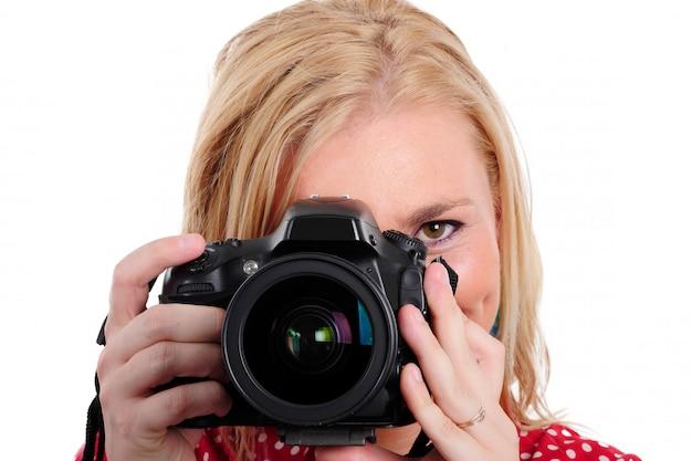Photographe jolie femme blonde avec caméra, blanc