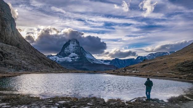 Photographe avec lac neige vue sur la montagne