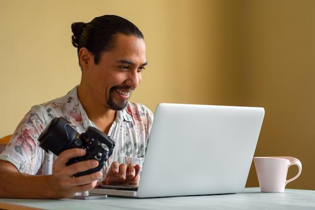 Le photographe latino travaille à domicile. concept de travail à la maison. copier l'espace