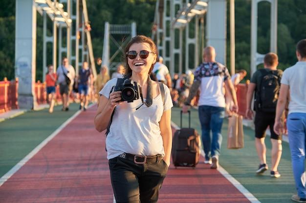 Photographe mature avec appareil photo prenant photo