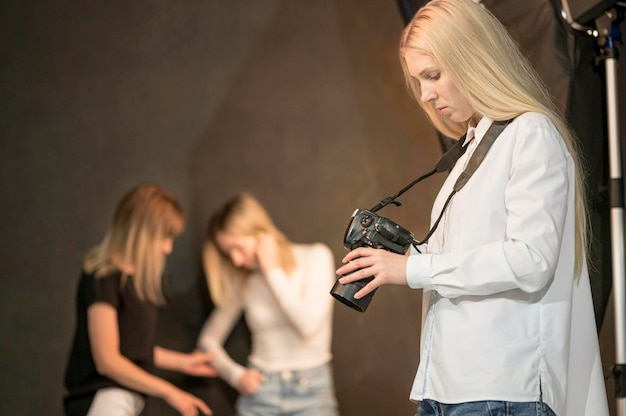 Photographe et modèles flous