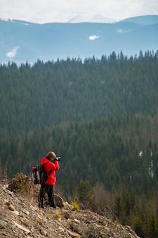 Photographe avec montagnes et forêt