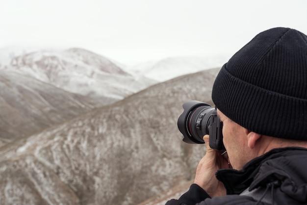 Un photographe de la nature prend une photo du paysage