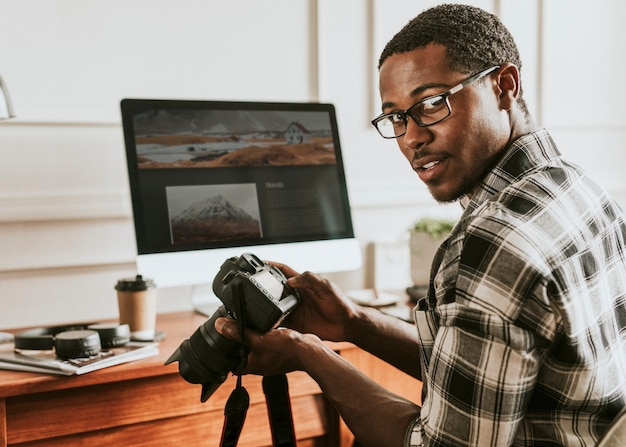 Photographe noir travaillant sur son bureau