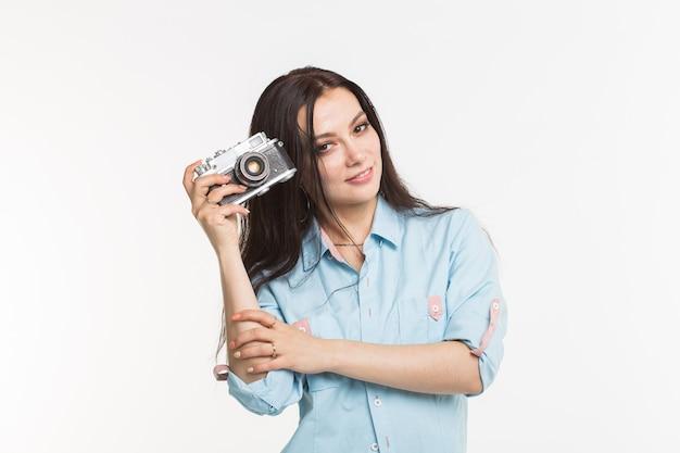 Photographe, passe-temps et concept de loisirs - gros plan portrait d'une jolie jeune femme souriante avec un