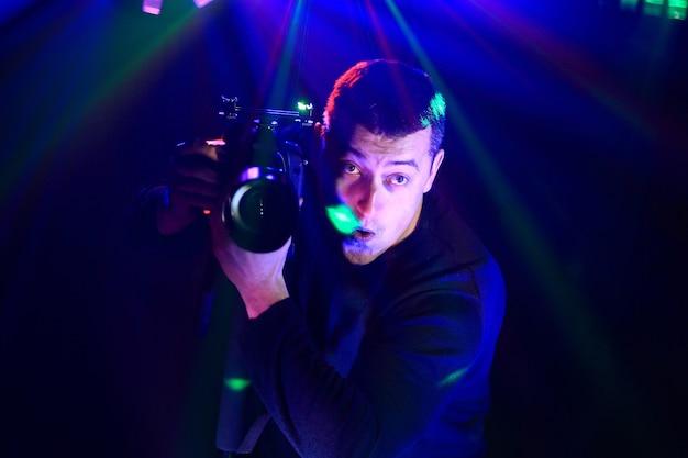 Un photographe passionné soulage la fête à la discothèque